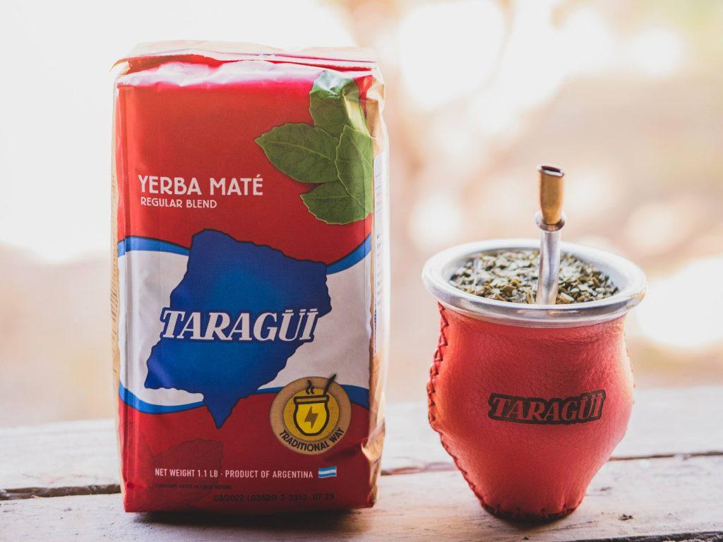"""Yerba Mate con la """"bombilla"""" Taragui"""