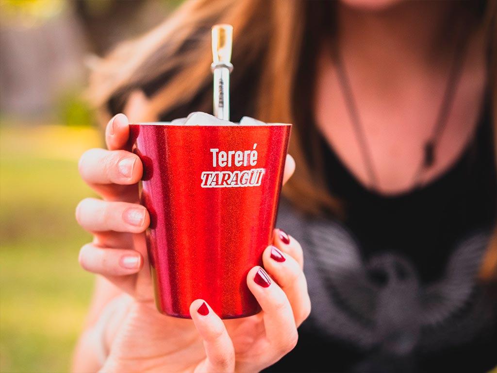 Beber Tereré, el mate frio del verano, cebando yerba mate Taragui