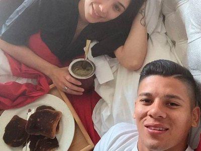 Marcos rojo futbolista tomando yerba mate taragui